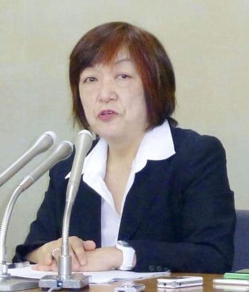 記者会見する「メディアで働く女性ネットワーク」代表世話人の林美子氏=15日午後、厚労省