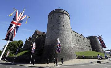 英王子の結婚式が19日に行われるウィンザー城の前に掲げられた旗=14日(AP=共同)