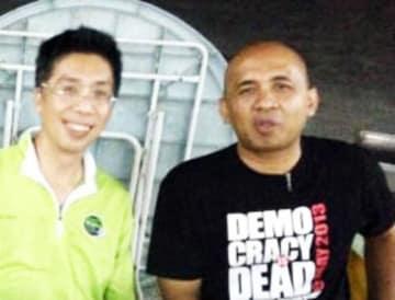 マレーシア航空機に搭乗していたザハリエ・シャー機長(右)と友人=2013年5月(共同)