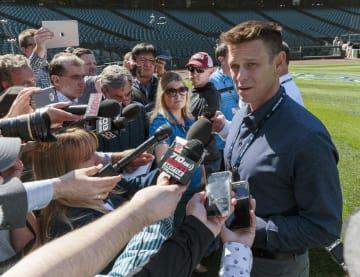 ロビンソン・カノ内野手の出場停止処分を受け、記者会見するマリナーズのディポトGM=15日、シアトル(共同)