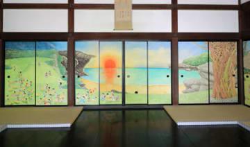 漫画家の北見けんいちさんが「楽園」をテーマに描いた方丈中央の部屋のふすま絵(京都市北区・大徳寺真珠庵)