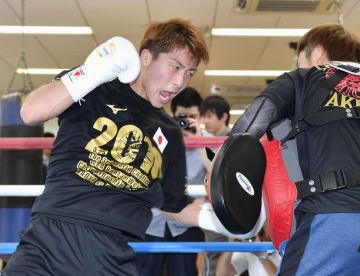 WBAバンタム級世界戦に向け、ミット打ちで調整する井上尚弥=横浜市の大橋ジム