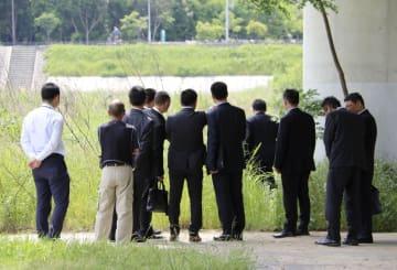 遺棄現場付近を訪れ、状況を確認する中国公安当局者ら=16日午後、兵庫県伊丹市
