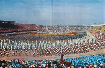 総勢1万人を超える県民が参加した前回茨城国体の集団演技「水と緑とまごころ」=1974年10月20日、笠松運動公園陸上競技場