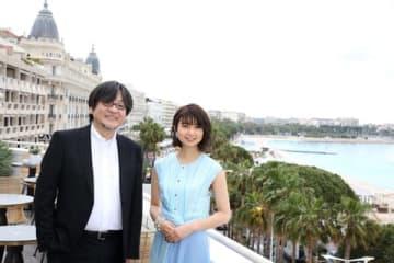 カンヌ国際映画祭「監督週間」公式上映舞台挨拶のためにカンヌを訪れた細田守監督(左)と上白石萌歌さん