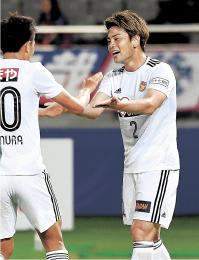 FC東京-仙台 前半30分、相手のオウンゴールを誘うクロスを送り、仙台・西村(左)と喜び合う永戸