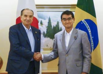 会談前に握手する河野外相(右)とブラジルのヌネス外相=17日、外務省