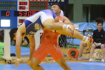日体大戦、チームスコア3-3のあと、豪快な勝利でチームの勝ちを決めた山梨学院大のアルメンタイ