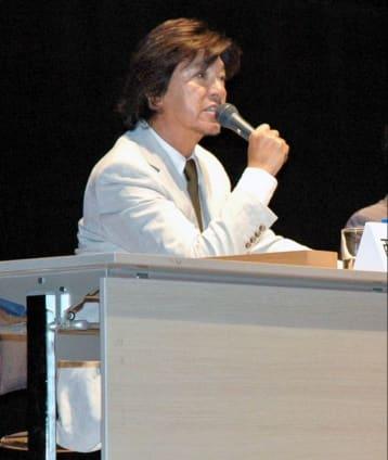 闘病体験を語る西城秀樹さん=2010年7月、鹿児島市