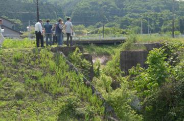 茨城鉄道の鉄橋がかつてあった橋脚を見学するツアー参加者=城里町内
