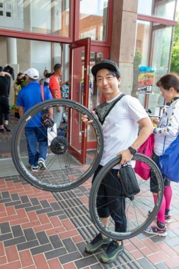 自らもサイクリストである、パーソナリティの野島裕史
