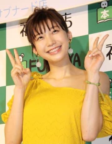 写真集「ぐらでーしょん」の発売イベントに登場した小倉優香さん
