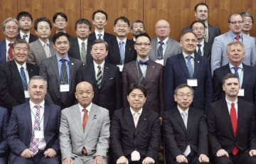 「日露大学協会」の第1回総会で記念撮影する出席者=19日、札幌市