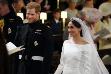 19日、英ウィンザーで結婚式を挙げるヘンリー英王子(左)とメーガン・マークルさん(AP=共同)