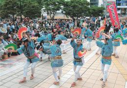 新緑に包まれた街で軽やかな舞を披露する踊り手たち=19日午前11時ごろ、仙台市青葉区のJR仙台駅西口