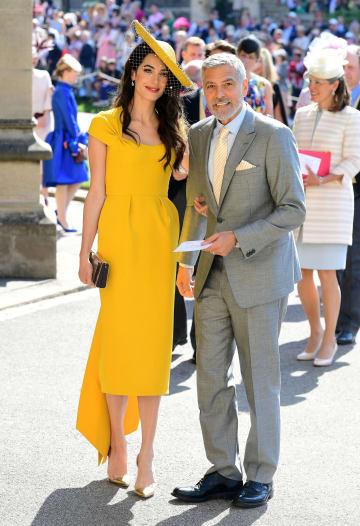 ヘンリー王子とメーガン・マークルさんの結婚式に参列した米俳優ジョージ・クルーニーさん(右)と妻のアマルさん=19日、ウィンザー(ロイター=共同)