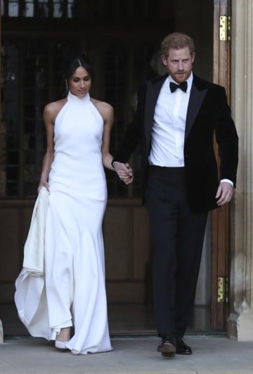 「ステラ・マッカートニー」のイブニングドレス姿を披露したメーガン妃とヘンリー王子=19日、ウィンザー(AP=共同)