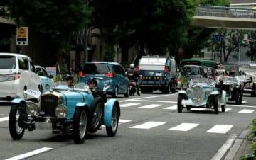 「Y159パレードラン」として名車が疾走した山下公園通り=横浜市中区
