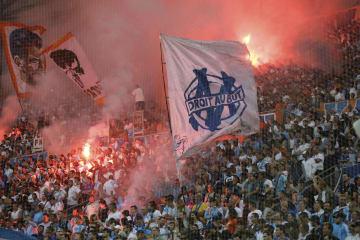マルセイユを応援するサポーターたち=19日、フランス・マルセイユ(AP=共同)