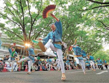 ケヤキ並木の下で、おはやしに合わせてすずめ踊りを披露する踊り手たち=19日午後2時20分ごろ、仙台市青葉区の定禅寺通