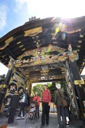 開門された唐門を通り抜ける参拝者ら(20日午後0時39分、京都市下京区・西本願寺)