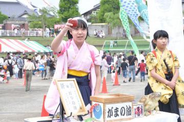「うしく・鯉まつり」で口上を披露する橋本満帆さん(左)と柏崎かりんさん=3日、牛久市中央