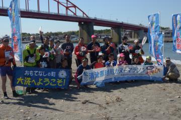 清流那珂川カヌーマラソンagainでゴール後に記念撮影する参加者=大洗町磯浜町