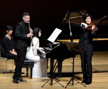 萩原さん(左から3人目)たちトリオによる演奏