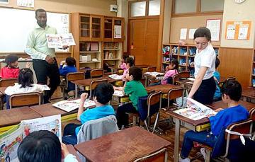 英語が母国語の先生(左)の説明を熱心に聴く子どもたち=19日、大阪市住吉区の帝塚山学院小