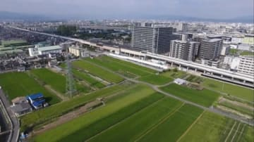 ホテルを含む複合施設を誘致する阪急洛西口駅(中央)の西側の区域。現在はほとんどが田畑として利用されている=向日市寺戸町