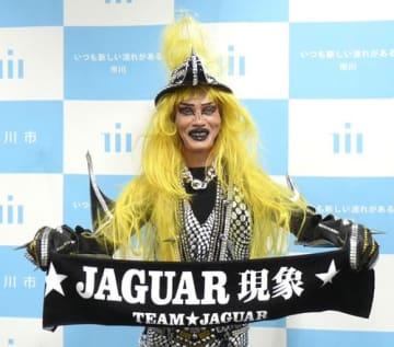 ふるさと納税特典のマフラータオルを手にするジャガーさん=18日、千葉県市川市役所
