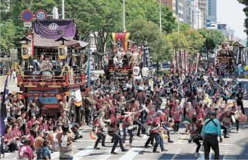 大勢の観客を魅了した山鉾巡行とすずめ踊りの大流し=20日午後1時25分ごろ、仙台市青葉区の東二番丁通