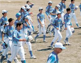 仙台大-学院大 惜敗し、力なく引き揚げる学院大の選手