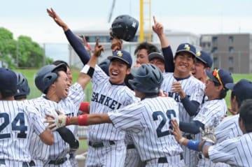 優勝の瞬間、グラウンドに駆け寄り喜びを爆発させる宮崎産経大の選手たち=21日午後、熊本市の藤崎台県営球場