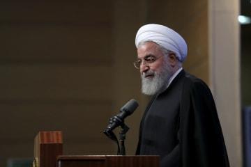 大学関係者との会合で発言するロウハニ大統領=21日、テヘラン(イラン大統領府提供、AP=共同)
