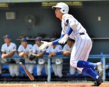 健大高崎―浦和学院(埼玉) 1回表健大1死一塁、大柿が享保をかえす左中間二塁打を放つ=千葉・ゼットエーボールパーク