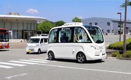 理化学研究所播磨事業所内の道を走行する自動運転バス=たつの市新宮町光都1