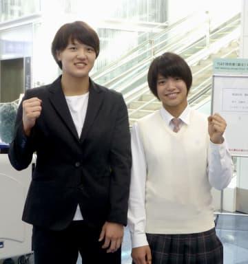 柔道グランプリ大会への出発を前にポーズをとる新井千鶴(左)と阿部詩=22日、羽田空港