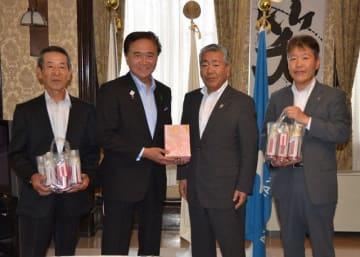 黒岩知事(左から2人目)に新茶や紅茶を贈呈した沼田社長(右から2人目)ら=県庁