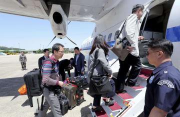 23日、ソウル郊外の空港で、訪朝のため政府輸送機に搭乗する韓国記者団(聯合=共同)