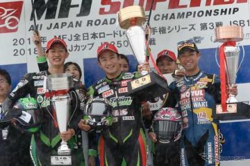 優勝のKawasaki Team GREEN渡辺一馬(中)と2位の松崎(左)、3位のモリワキMOTULレーシング高橋裕紀