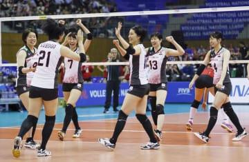 日本―ベルギー 第3セット、ポイントを奪い喜ぶ新鍋(右端)ら日本=豊田市総合体育館