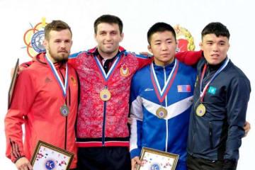 70kg級で世界王者を目指す可能性が高まったソスラン・ラモノフ(ロシア=左から2人目)と70kg級のメダリスト=提供・UWW