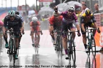 雨の集団ゴールスプリントを制して今大会4勝目を上げたマリア・チクラミーノのヴィヴィアーニ
