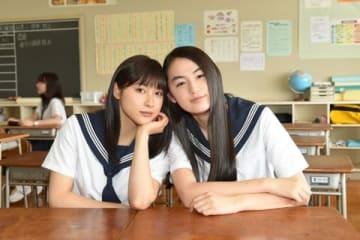 連続ドラマ「チア☆ダン」に出演が決まった八木莉可子さん(右)と主演の土屋太鳳さん (C)TBS