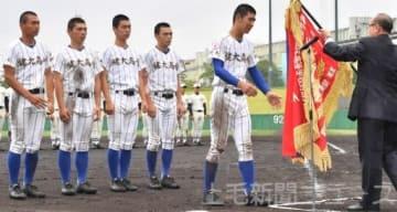 閉会式で優勝旗を受け取る健大高崎の大柿主将(右から2人目)=千葉県野球場