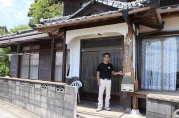 「ゲストハウス シーサイドひらど」をオープンした松本さん=平戸市岩の上町