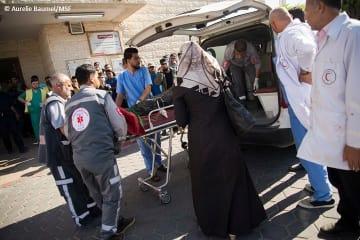 アル・アクサ病院に救急車が到着し患者が運び込まれる(5月14日撮影)