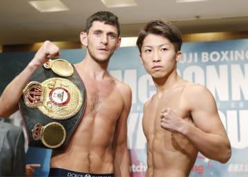 WBAバンタム級世界戦の前日計量をパスし、ポーズをとる井上尚弥(右)と王者ジェイミー・マクドネル=24日、東京都内のホテル
