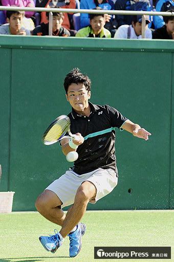 長江(NTT西日本)に対しボールを打ち返す船水颯(黒石市出身、早大)=20日、青森市の新県総合運動公園テニスコート